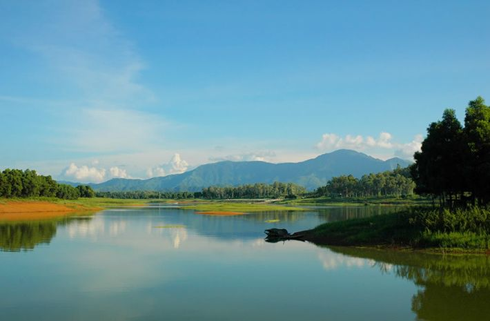 Làn nước trong xanh của hồ Đồng Mô rất thích hợp cho với cắm trại, đốt lửa..