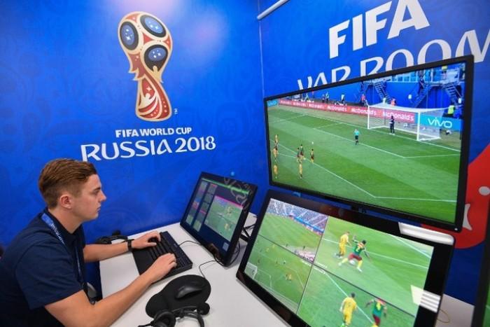 VAR hay Video Assistant Referee là công nghệ video hỗ trợ trọng tài phân tích